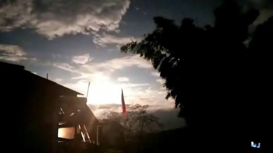 Observa a este meteoro explotar en el cielo nocturno