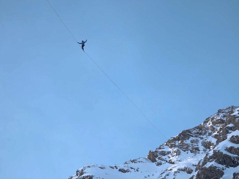 Slackliners cruzan los Alpes entre cascadas congeladas