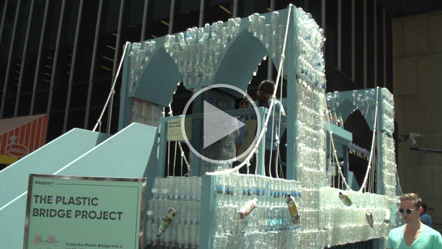 Mira esta réplica del puente de Brooklyn hecha de 5.000 botellas de plástico