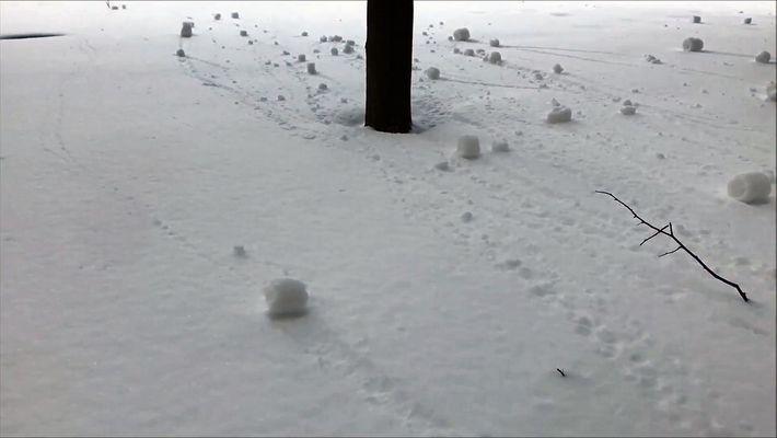 Descubre por qué estas bolas de nieve ruedan solas