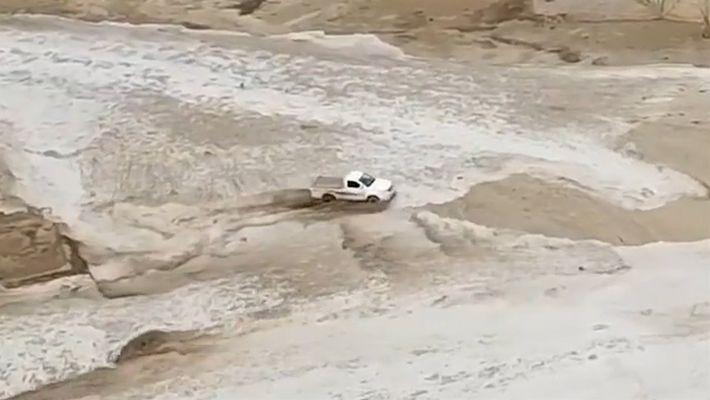 Mira como un camión escapa  de una inundación en Arabia Saudita
