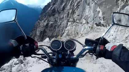 Viaja en motocicleta por un peligroso camino de montaña en el Himalaya Indio