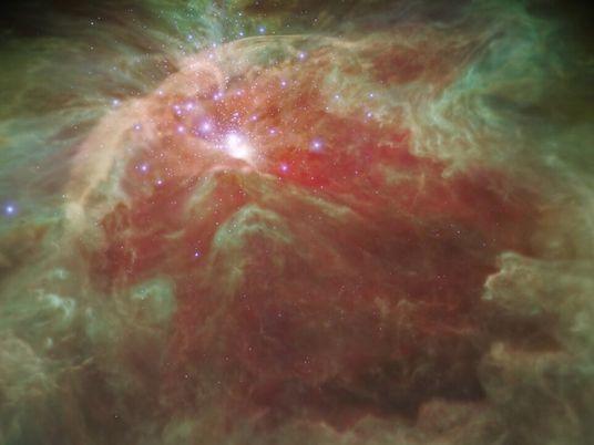 Vuela a través de una nebulosa llena de estrellas en una visualización en 3D