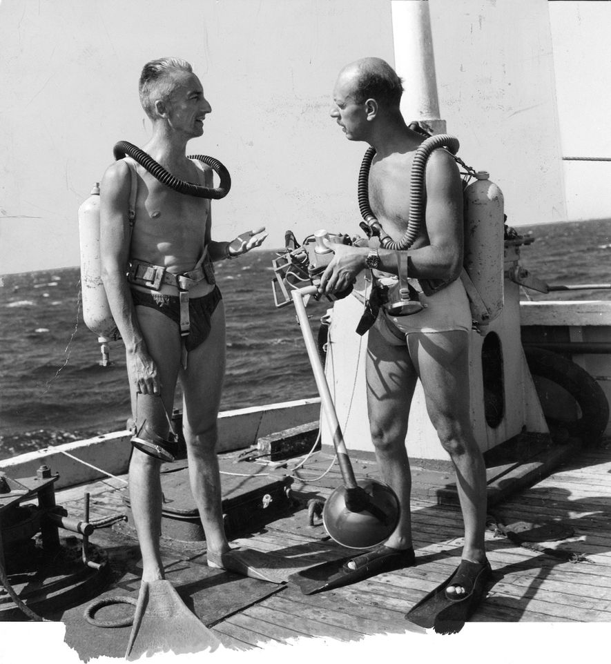 Jacques Cousteau informa a Luis Marden antes de sumergirse con Aqualung.