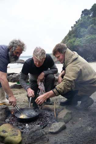 Los pescadores locales, Fluff (I) y Zane (D), le enseñan a Gordon Ramsay (medio) cómo cocinar ...
