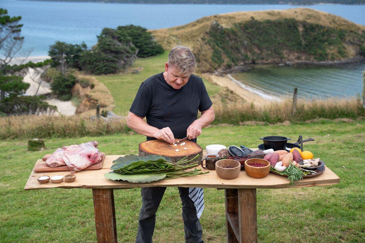Gordon Ramsay prepara un banquete con ingredientes locales y técnicas de cocción tradicionales. Ha aprendido estos ...
