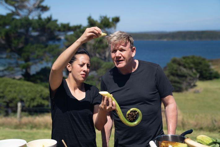 La cocinera neozelandesa Monique Fiso le muestra a Gordon Ramsay cómo preparar Mamaku, un ingrediente tradicional.