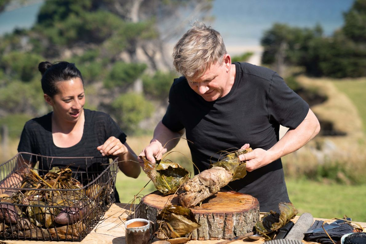 La cocinera local Monique Fiso y Gordon Ramsay preparan una comida con ingredientes locales y técnicas ...