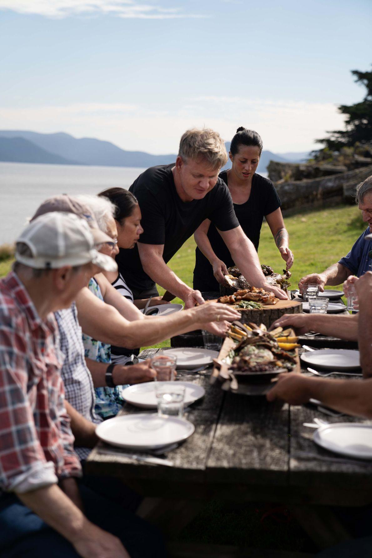 Gordon Ramsay y la cocinera local Monique Fiso sirven el plato que prepararon para los ancianos ...