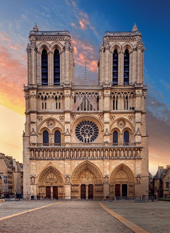 Coronada con torres gemelas, cada una de 226 pies de altura, la fachada oeste contiene tres ...