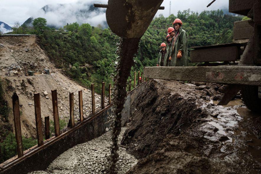Trabajadores de la construcción se desempeñan dentro del proyecto de construcción del túnel Huipo que permitirá ...