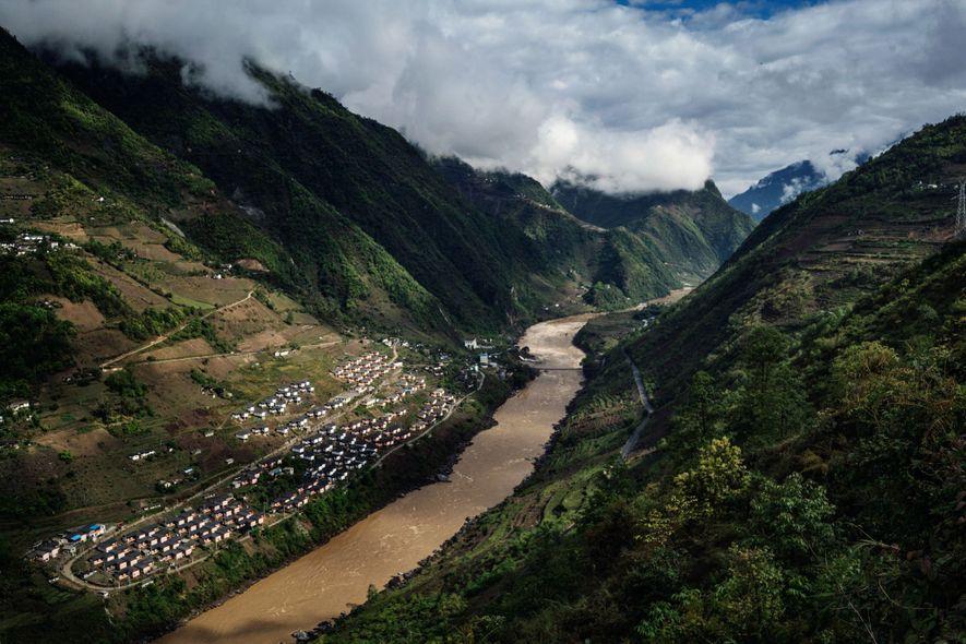 La aldea Mian Gu en el río Nu es un proyecto de vivienda del gobierno diseñado ...