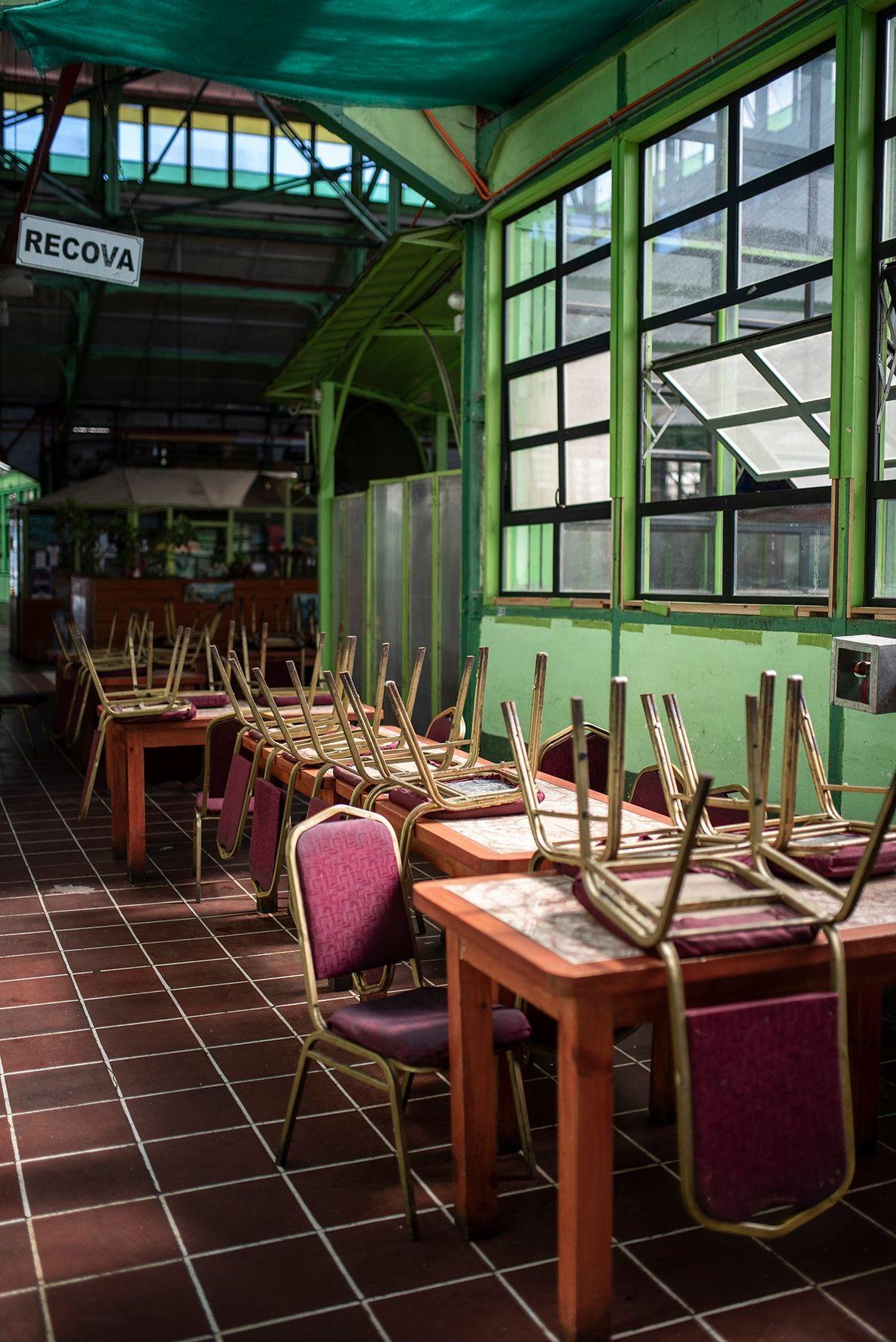 """""""En el segundo piso del Mercado de la Ciudad de Valparaíso, los restaurantes dejaron de funcionar ..."""
