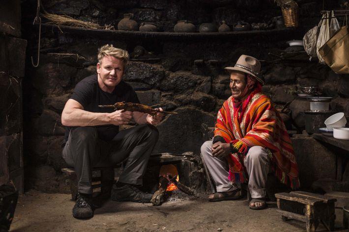 Goday Ramsay junto a Mario, un campesino de Perú, antes de probar una comida tradicional.