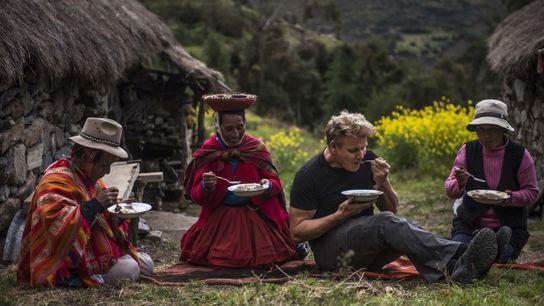 Gordon Ramsay y una familia de campesinos locales cenan juntos y disfrutan de Lawa de Chuno, ...