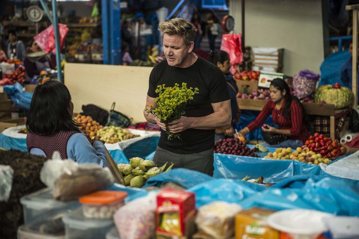 Gordon Ramsay visita un mercado repleto de productos cultivados y recolectados a mano en Urubamba, Perú. ...