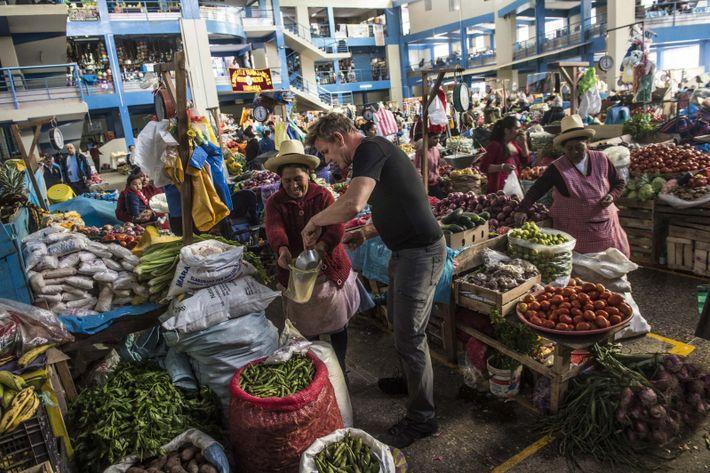 Gordon Ramsay compra sal en un mercado de Urubamba, Perú.