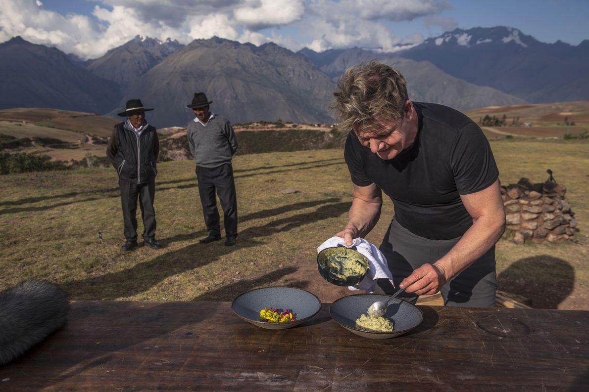 Gordon Ramsay (derecha) prepara un banquete para los agricultores locales en el Valle Sagrado de Perú. ...