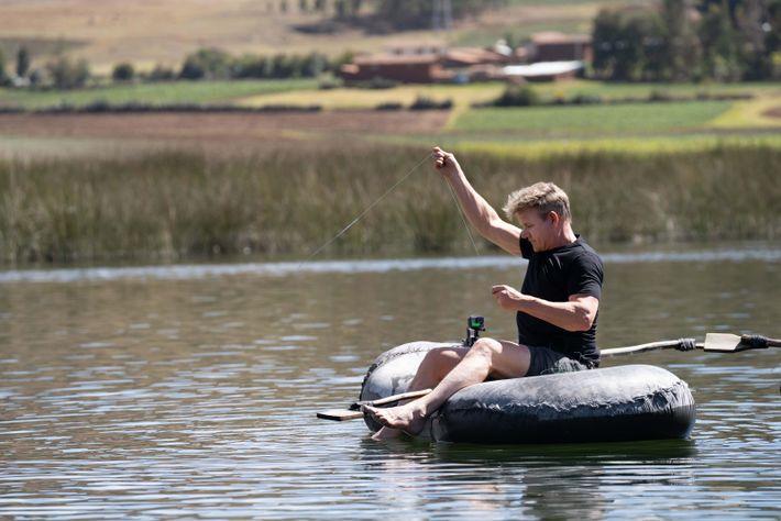 Gordon Ramsay usa un bote sencillo y ligero hecho de cámaras de aire y botellas para ...