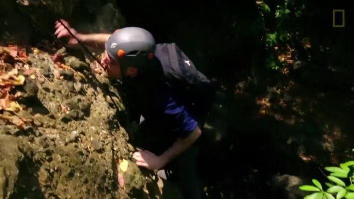 Zachary Quinto sube por un quebradizo peñasco | Salvajemente Famosos