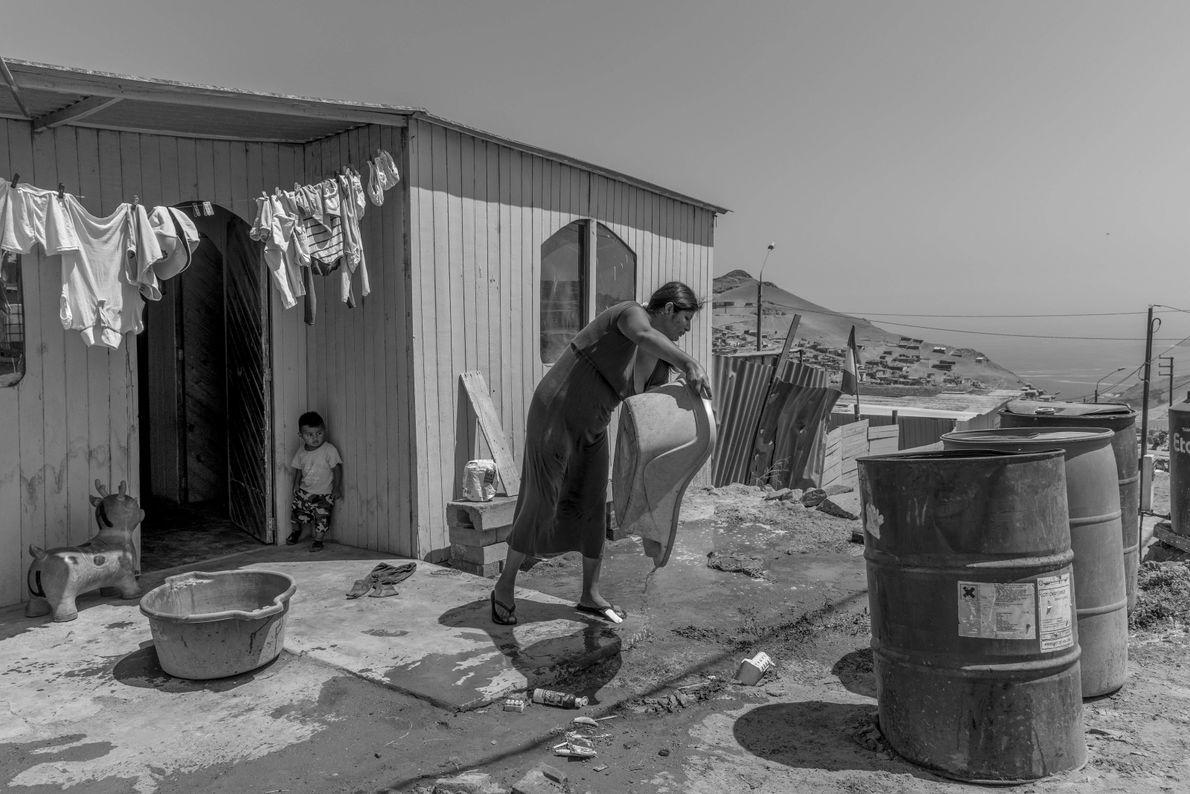 """""""Una pobladora de 'Proyecto Integral'en el distrito de Santa Rosa, lava ropa en los exteriores de ..."""