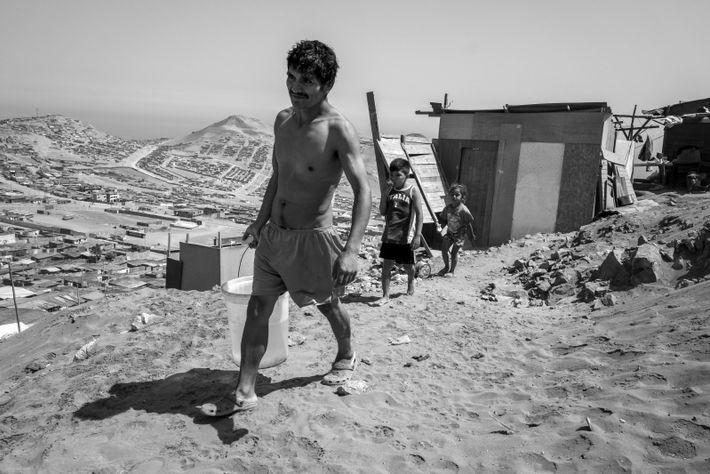 """""""Jaime Huayhua vive con sus tres hijos y otro cincofamiliares en una de las lomas de ..."""