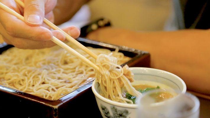 Mira el arte de la fabricación de fideos soba en Japón