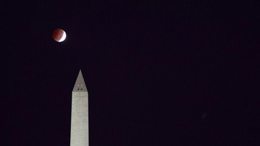 "Time-lapse: Mira la ""Luna de sangre"" pasar arriba del National Mall"