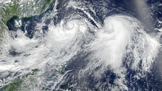 El tifón Lekima (izquierda) y la tormenta tropical Krosa (derecha) marchan a través del Océano Pacífico ...