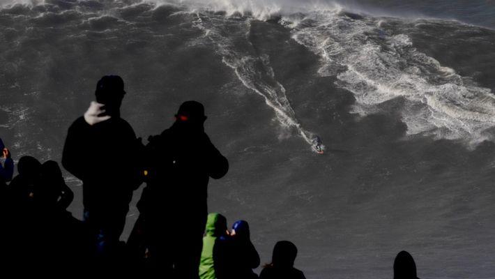 Mira a este brasileño romper un récord luego de surfear la ola más grande