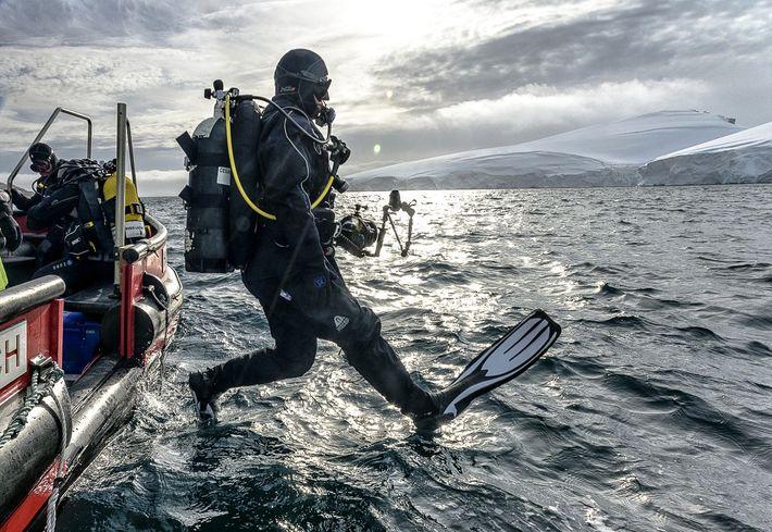 ¡Al agua! En una de sus salidas a campo, el explorador Cristian Lagger salta fuera de ...