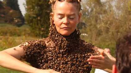 Esta mujer baila con 12.000 abejas