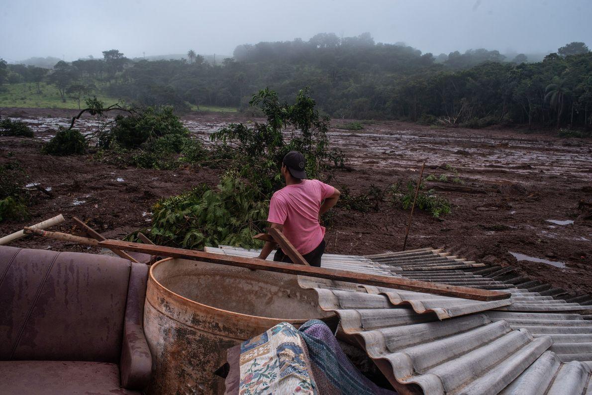 Habitante de la Comunidad de Parque da Cachoeira, en el municipio de Brumadinho (Minais Gerais), observa …