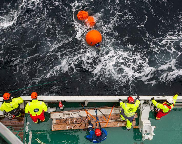 Los científicos recogen un instrumento conocido como formación de amarre del estrecho de Fram.