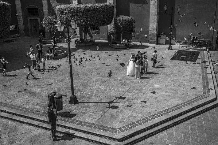 La gente celebra una boda en la Iglesia del Carmen durante la cuarentena por el COVID_19 ...