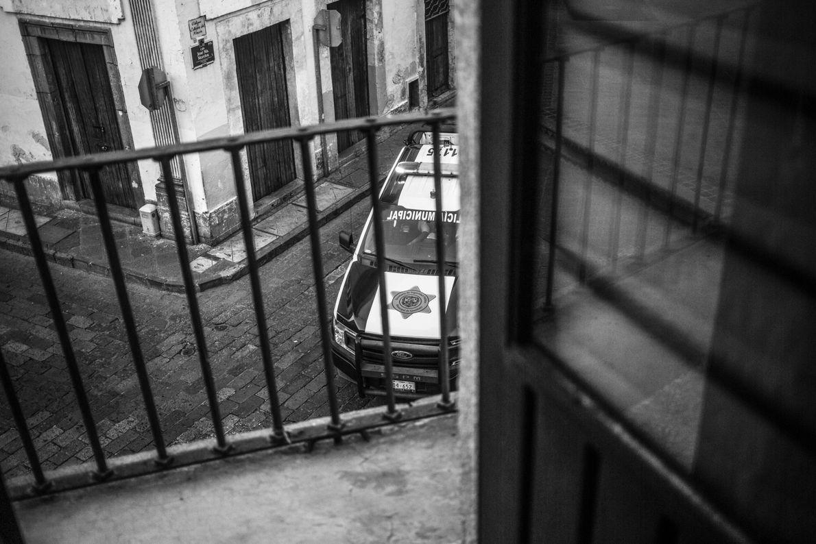 Un auto de policía circula las calles durante la cuarentena por el COVID-19 en Querétaro, México, ...