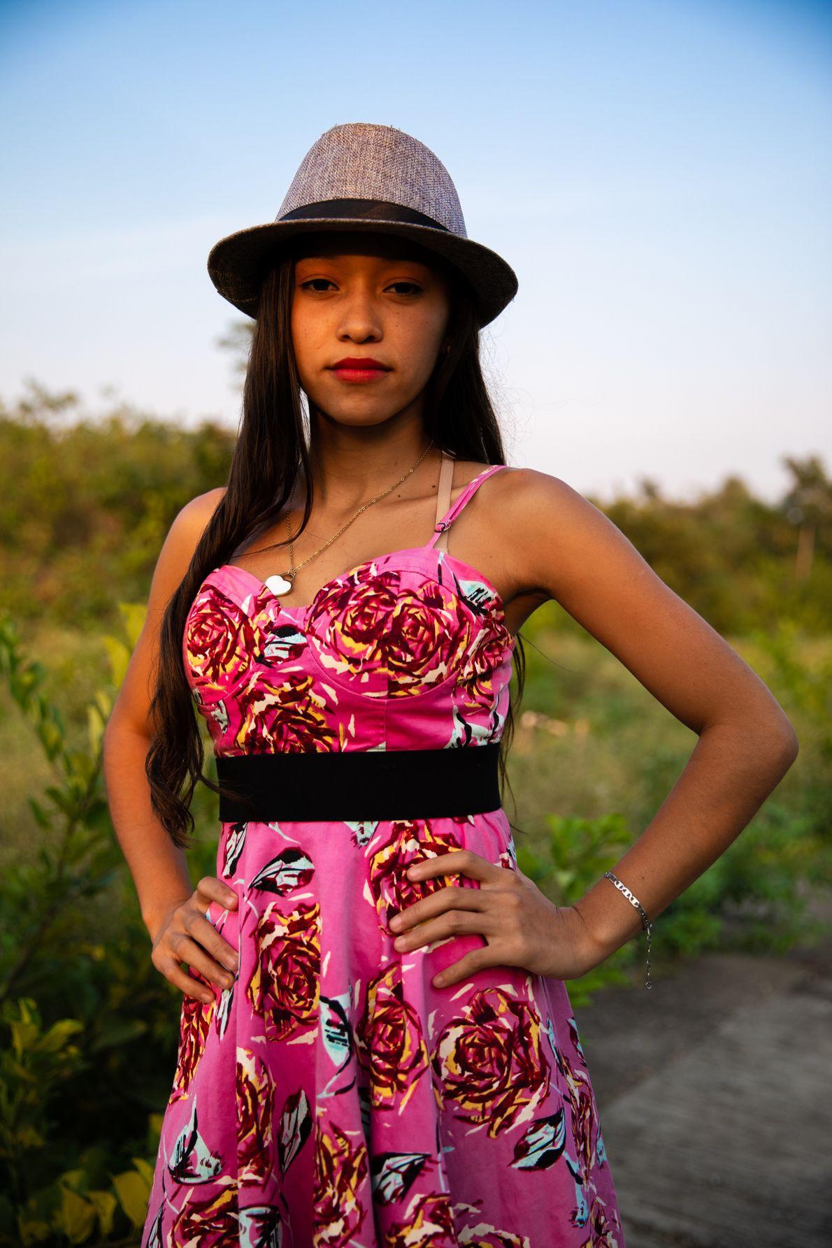 """""""Una niña hondureña posa entre las matas de su barrio conflictivo afuera de San Pedro Sula. ..."""
