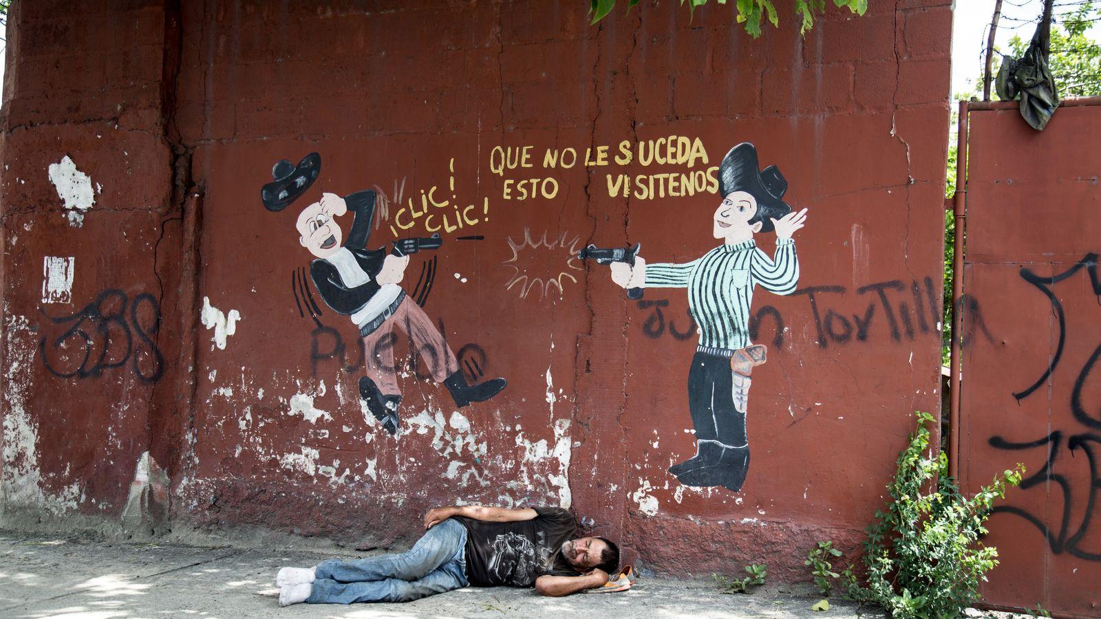 """""""Un mural para venta de armas. Aunque los números de homicidios han bajado, Honduras sigue siendo ..."""