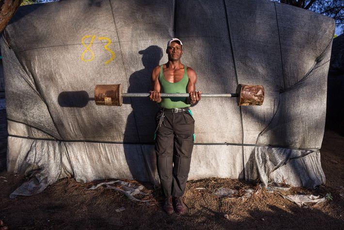 Issa Diakite, de 50 años, construyó estas pesas y su casa, una de las decenas de ...