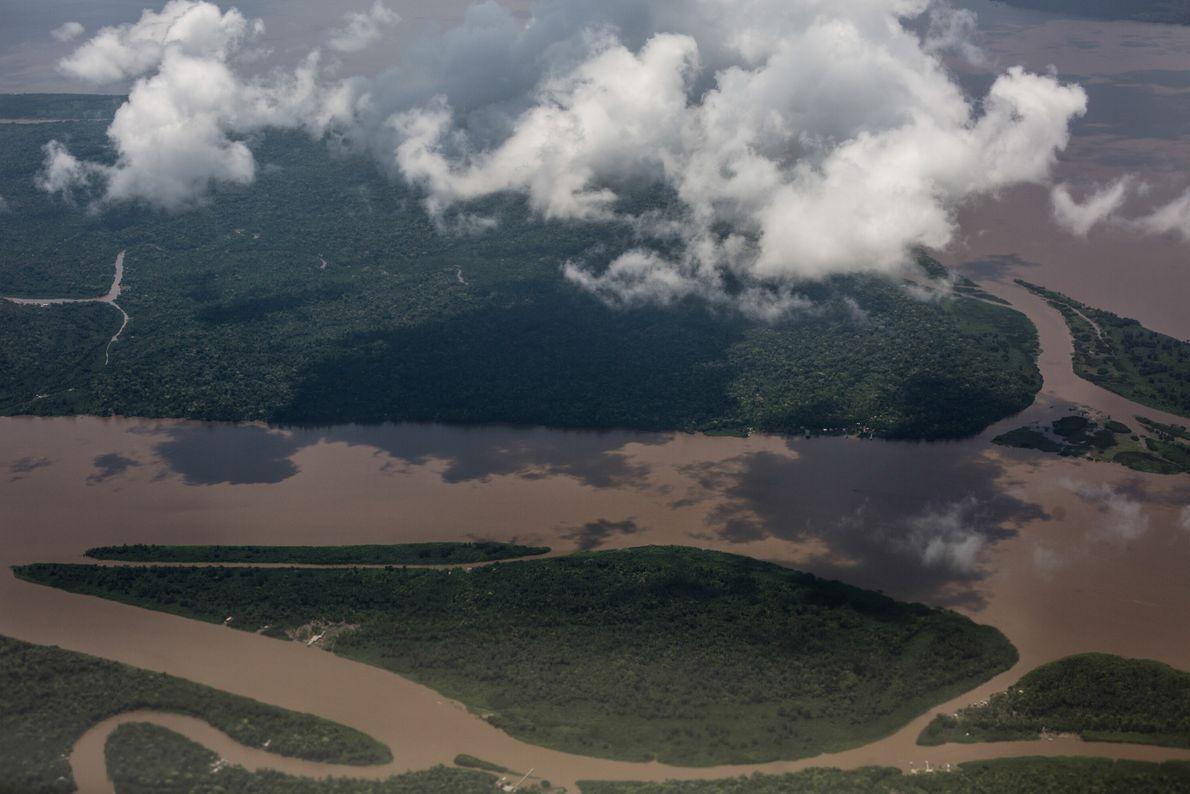 Vista aérea de la desembocadura del Río Amazonas, entre los estados de Pará y Macapá. Al ...