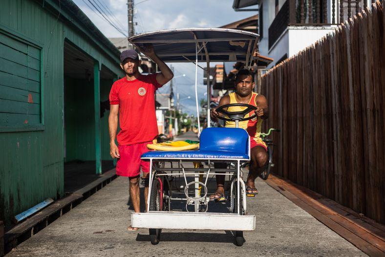 La bicicleta del Departamento de Bomberos – llamada 'bicilancia' – lleva una camilla y dos rescatistas.