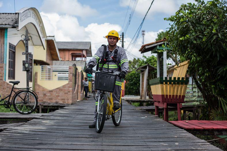 El electricista Hugo Batista da Silva en la bicicleta que usa para trabajar.