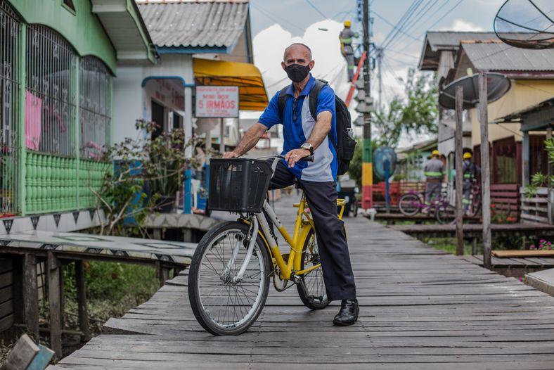 El profesor de inglés y geografía también se desplaza en bici. Las bicicletas de la ciudad ...