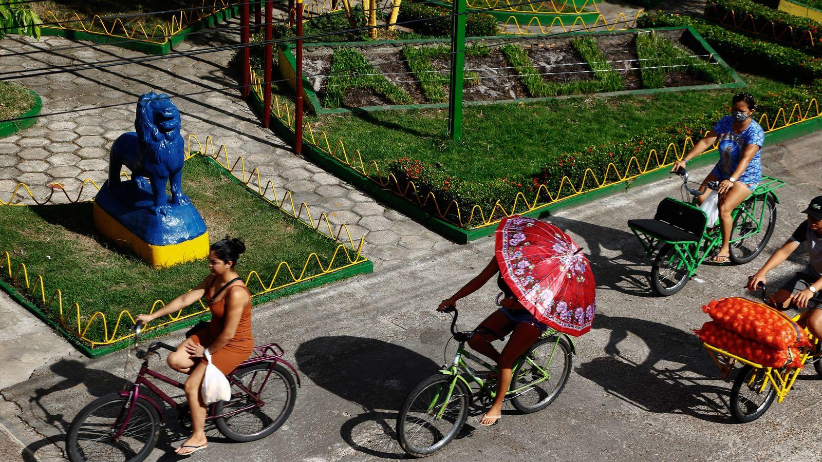 Tráfico de bicicletas frente a la plaza Leão do Norte y el Ayuntamiento de Afuá. La ...