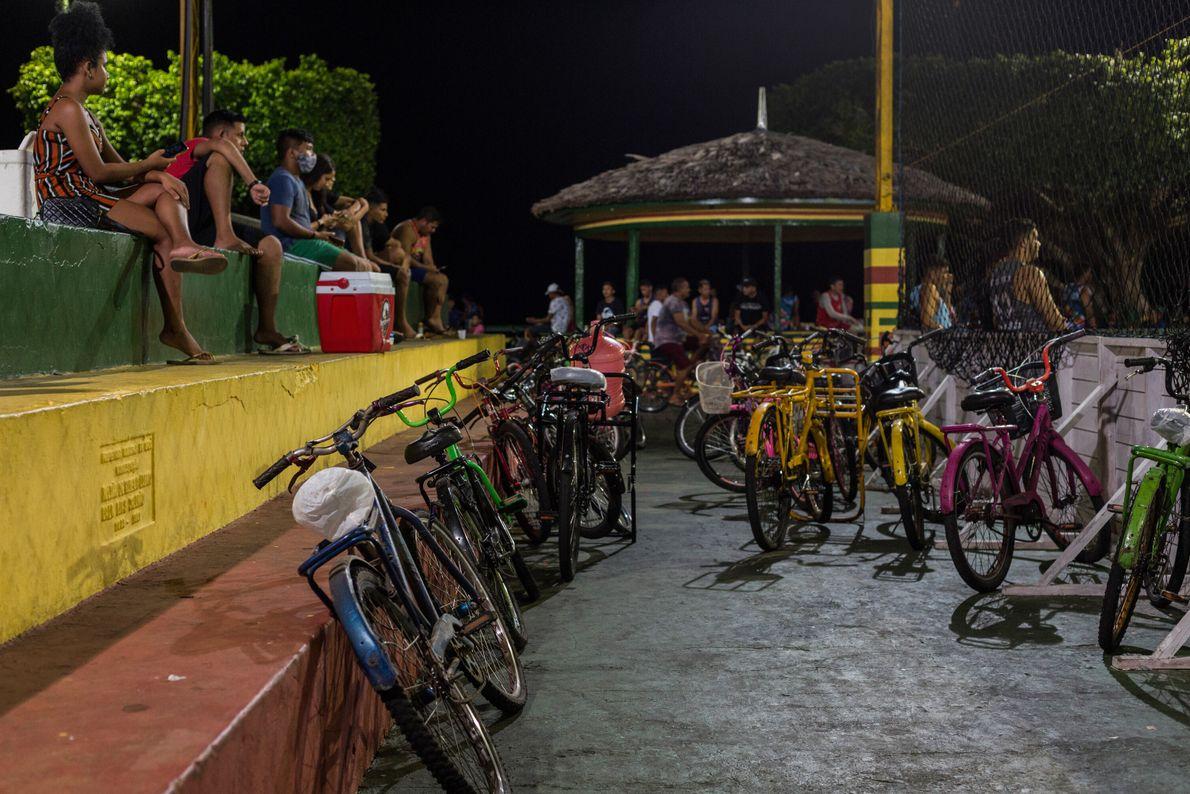 Los más activos dejan sus bicicletas a un lado para jugar fútbol, voleibol, nadar en el ...