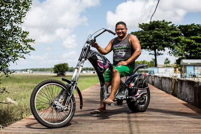 Baxote, un soldador que monta bicitaxis, muestra la bicicleta Venom, una de sus creaciones especiales.