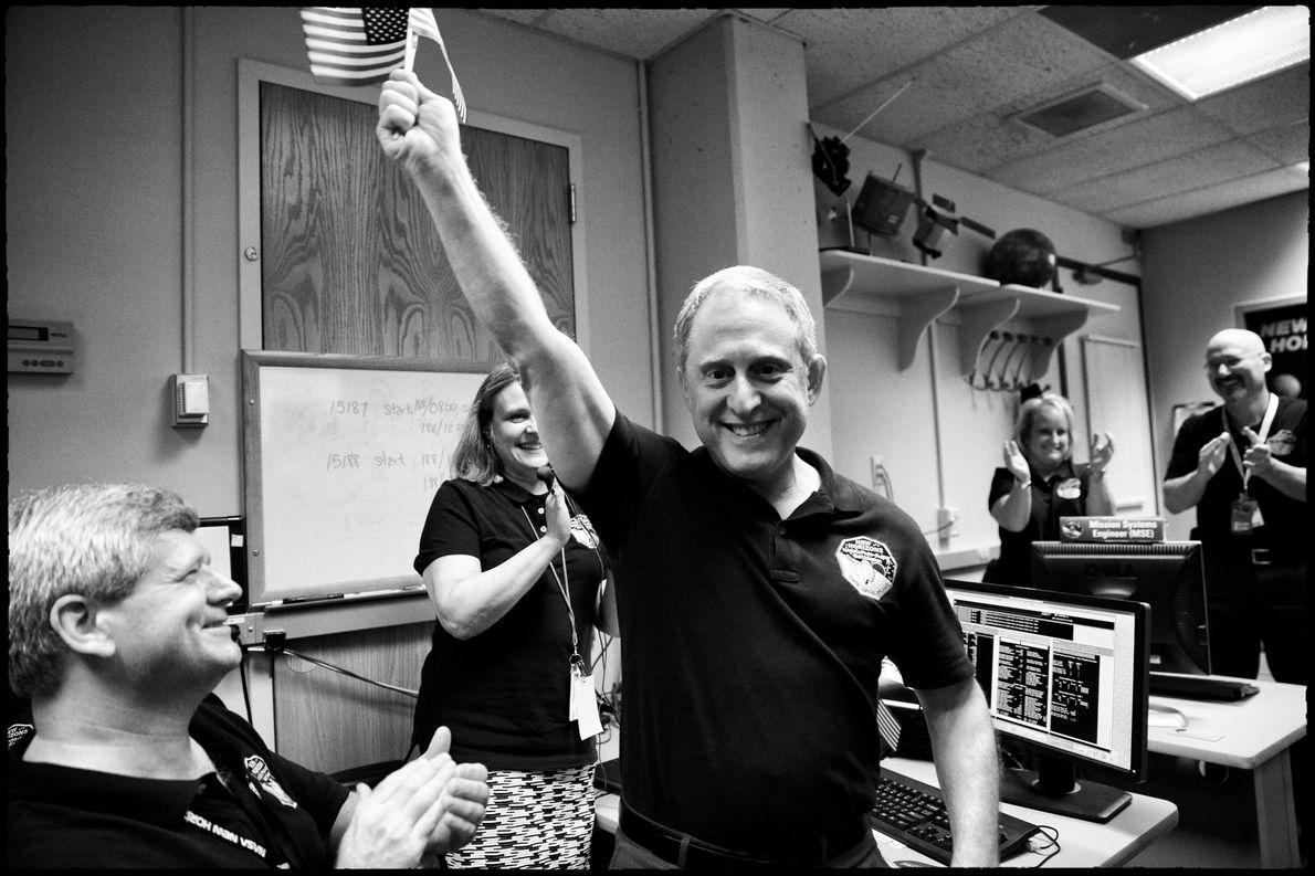 Alan Stern y el equipo de New Horizons celebran noticias prometedoras: la nave espacial voló con ...