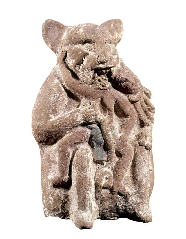 Esta figura maya de un jaguar devorando a un hombre data de 700-900 D.C. Campeche, México.