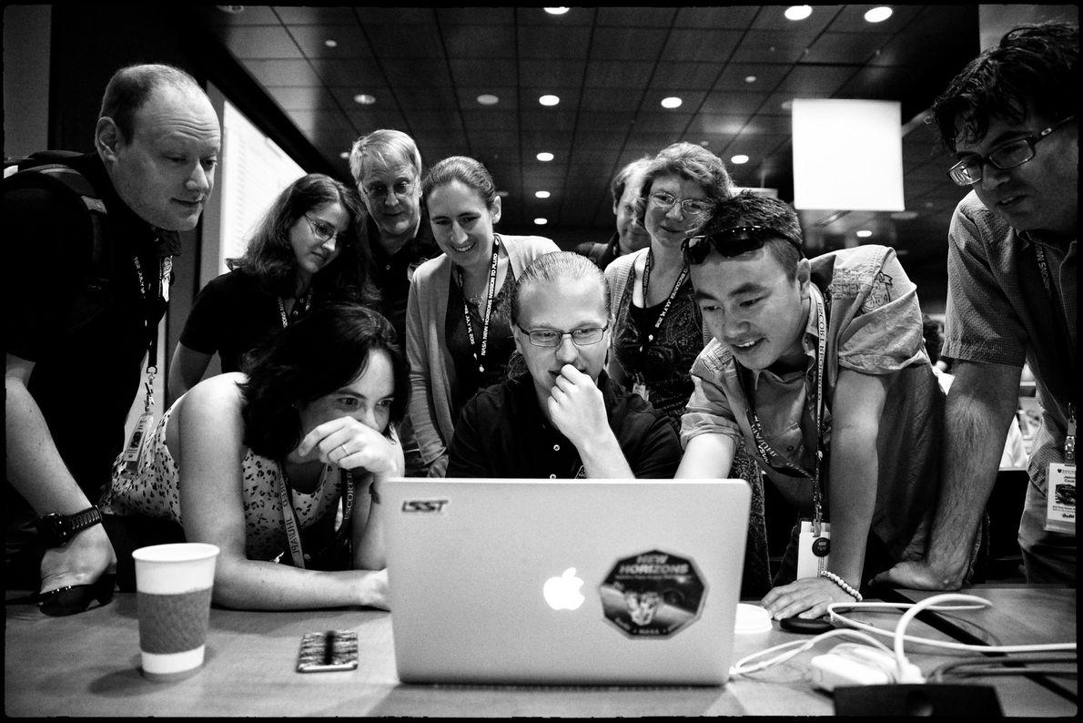 Alex Parker (centro) y otros miembros del equipo de New Horizons reaccionan alegremente a las últimas ...