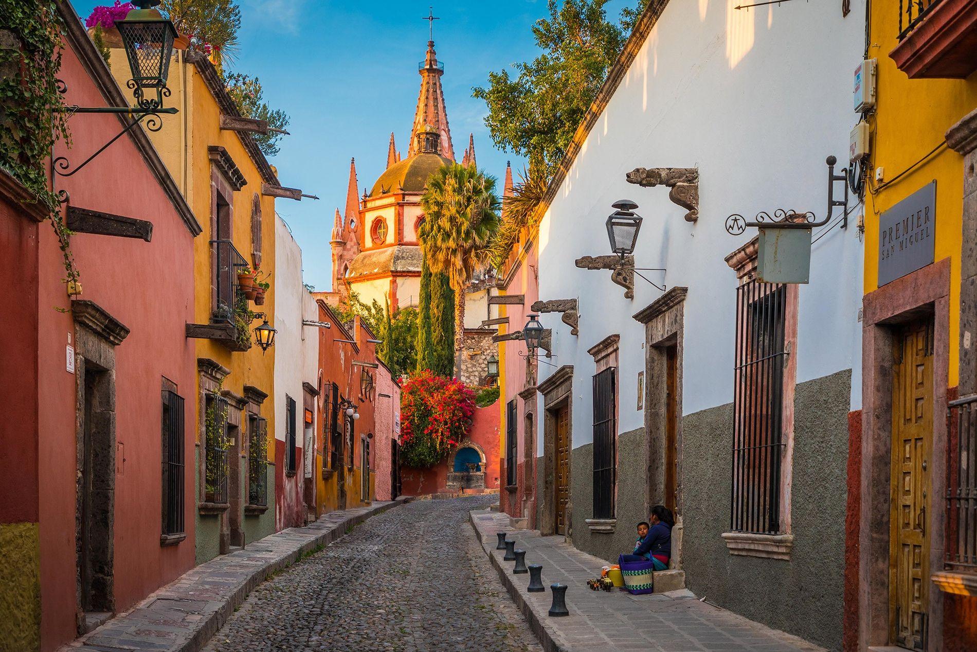 Edificios luminosos y una arquitectura reconocida por la UNESCO distinguen esta ciudad de siglos de antigüedad, que también es cuna de las mejores tazas de café a nivel mundial.